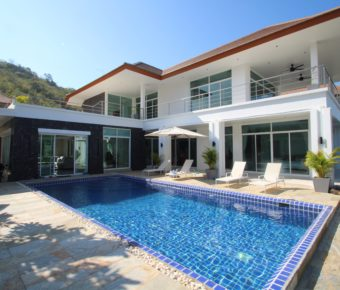 Luxury 5 Bedroom Property with Sea View