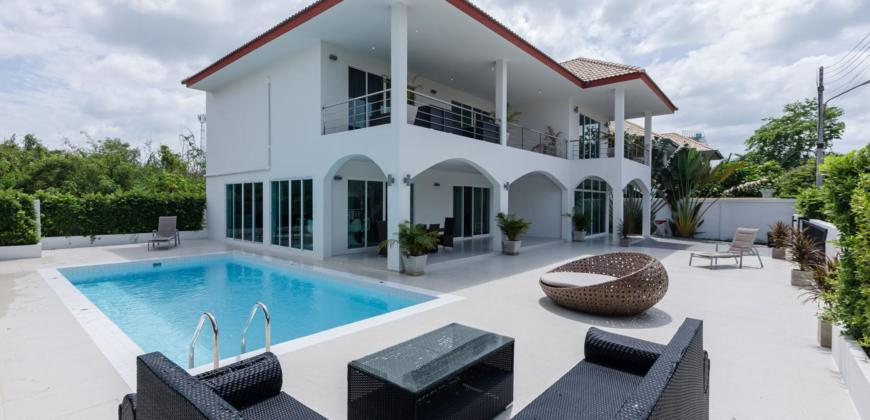 Modern 4 Bedroom Pool Villa Close to Town